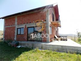 Casa cu 4 camere decomandate si 220 mp curte de in Sura Mar