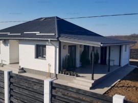 Casă 3 camere, 2 băi, bucătărie, terasă, curte 527 mp