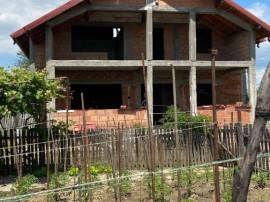 Casa de rosu la 15 km de Pitesti, in Oarja, SU 130 mp/nivel,