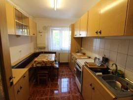 INCHIRIEZ apartament 3 camere decomandat, zona Ciresica