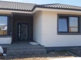 Casă 4 camere, 2 băi, bucătărie, terasă, curte 520 mp