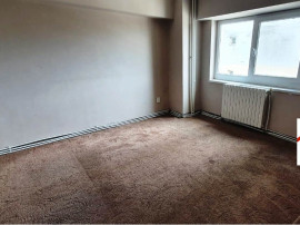 Apartament 3 camere NEMOBILAT CURAT SI SPATIOS Zona 9 Mai