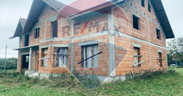 Pensiune de vânzare într-un peisaj mioritic în Șurdești