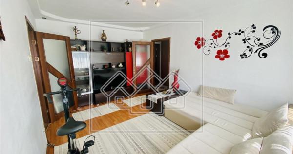 Apartament cu 2 camere si balcon - etaj intermediar - Zona L
