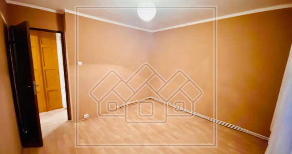 Apartament cu 3 camere si balcon inchis - zona Tolstoi